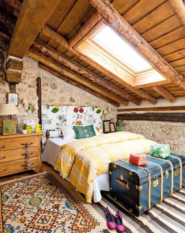 Quarto rústico de menina com baú e cômoda de madeira