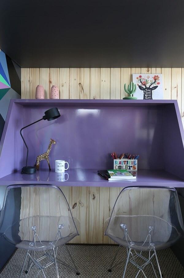Escrivaninha roxa com cadeira eames transparente