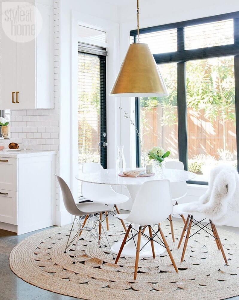 Sala branca com conjunto de cadeira eames