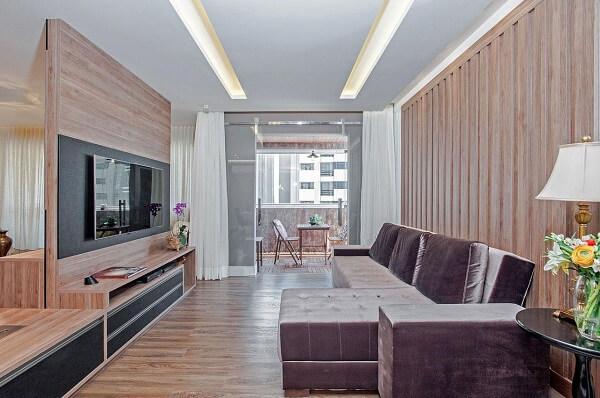 Sala de estar com sofá chaise e piso flutuante