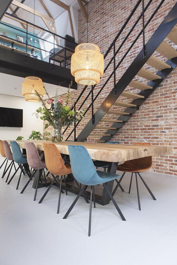 Sala de jantar com cadeira aemes colorida