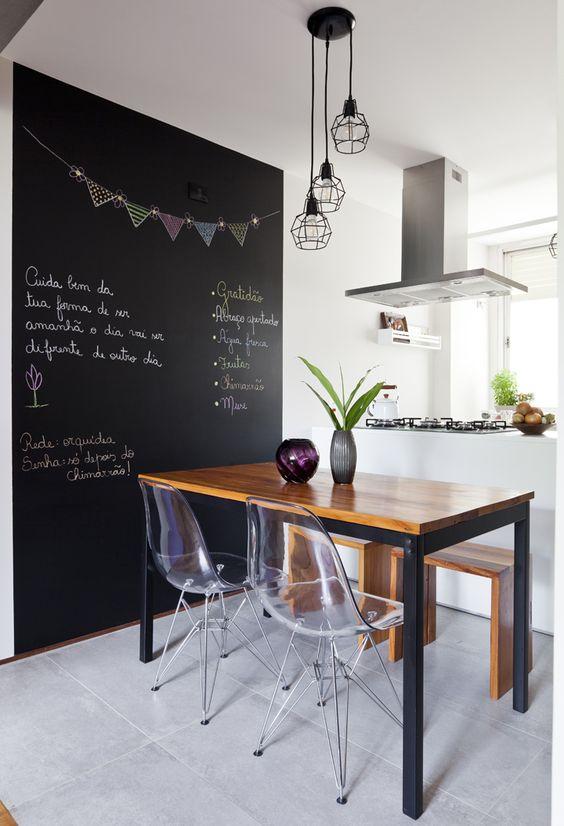 Sala de jantar com cadeira eames transparente