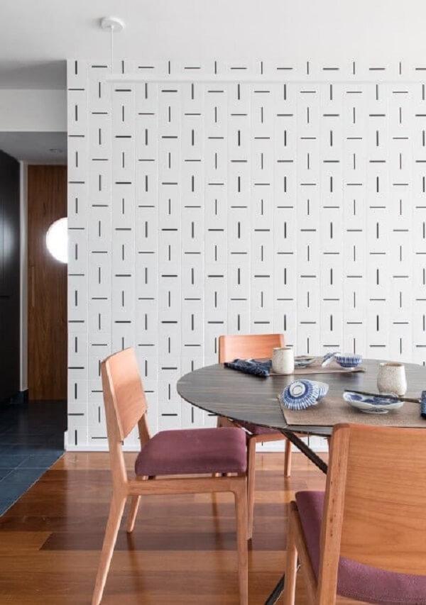 Sala de jantar com parede estampada e piso flutuante