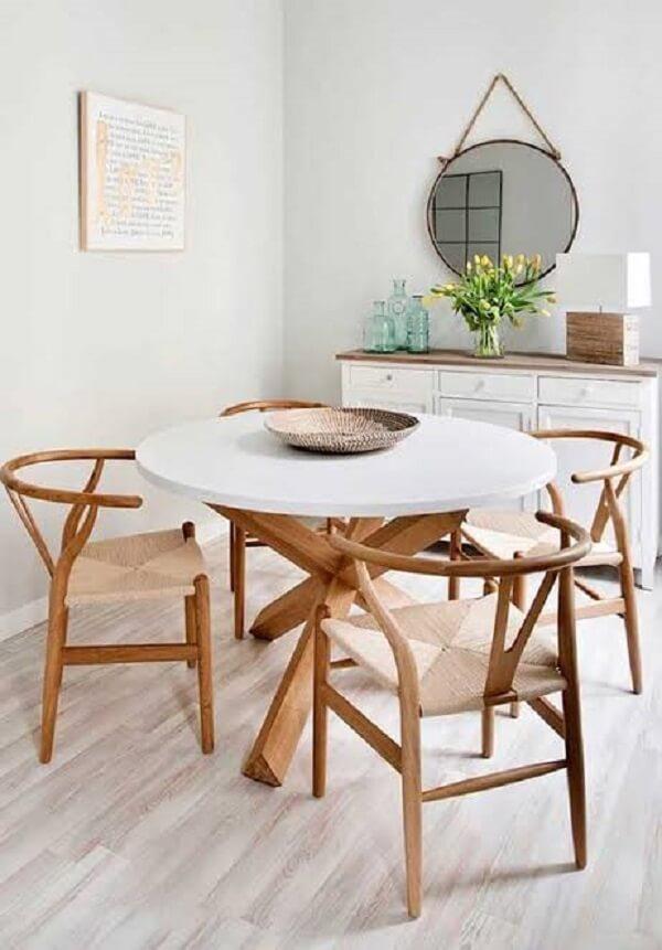 Sala de jantar com piso flutuante e espelho adnet