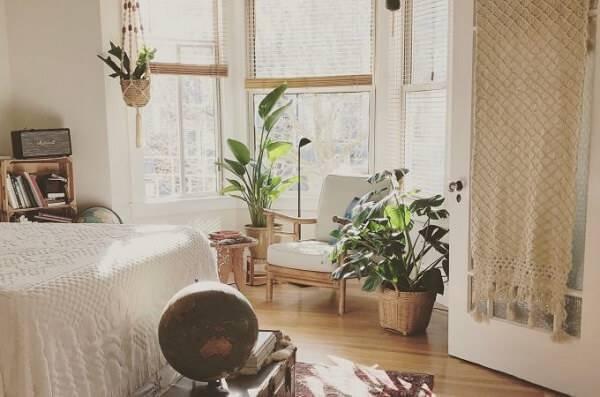 Aproveite o espaço próximo as janelas e invista em plantas para quarto