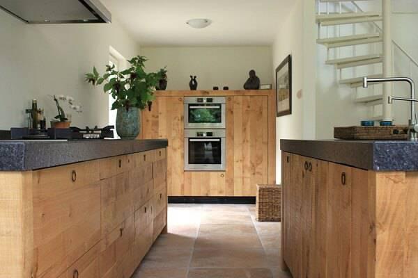 Armário de madeira com tampo de granito preto