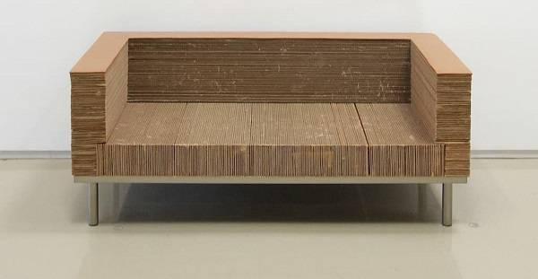 Sofá robusto feito com papelão