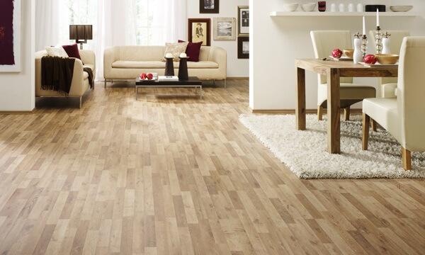 Ambiente integrado com piso em tom claro