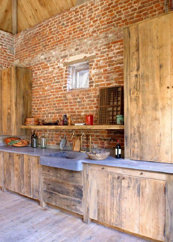 Modelo de armário de madeira rústico e parede de tijolinho aparente