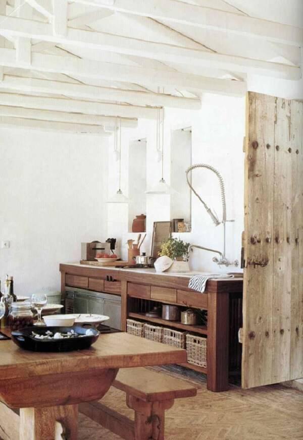 Armário de madeira com gavetas e nichos