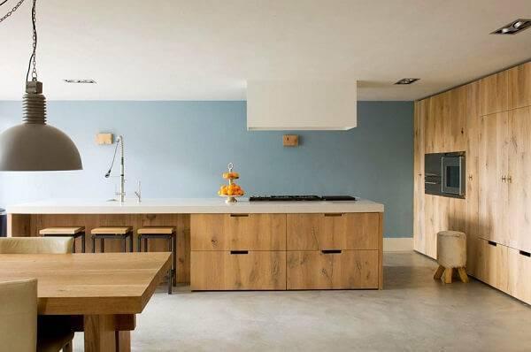 Armário de madeira com gavetas e recuo para guardar as banquetas