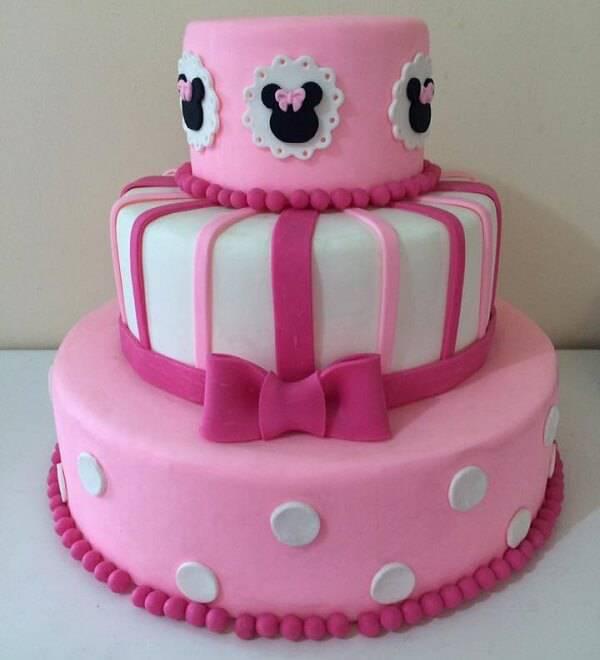 Bolo da Minnie fake em tons de rosa e branco