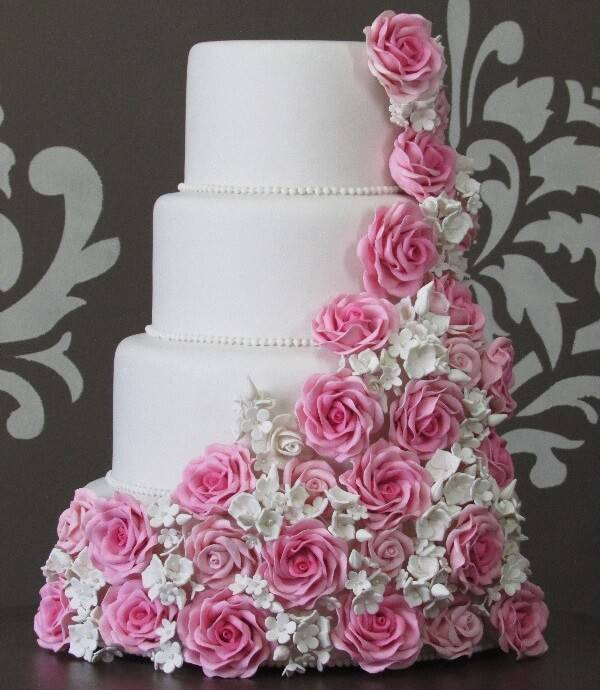Bolo de casamento fake com fundo branco e acabamento em flores