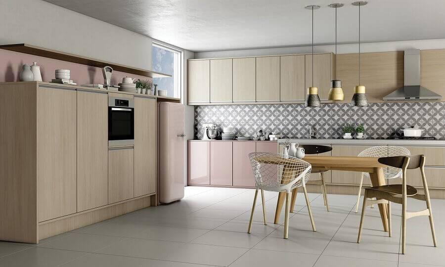 armário de cozinha grande com acabamento em rosa e madeira Foto MovDecor