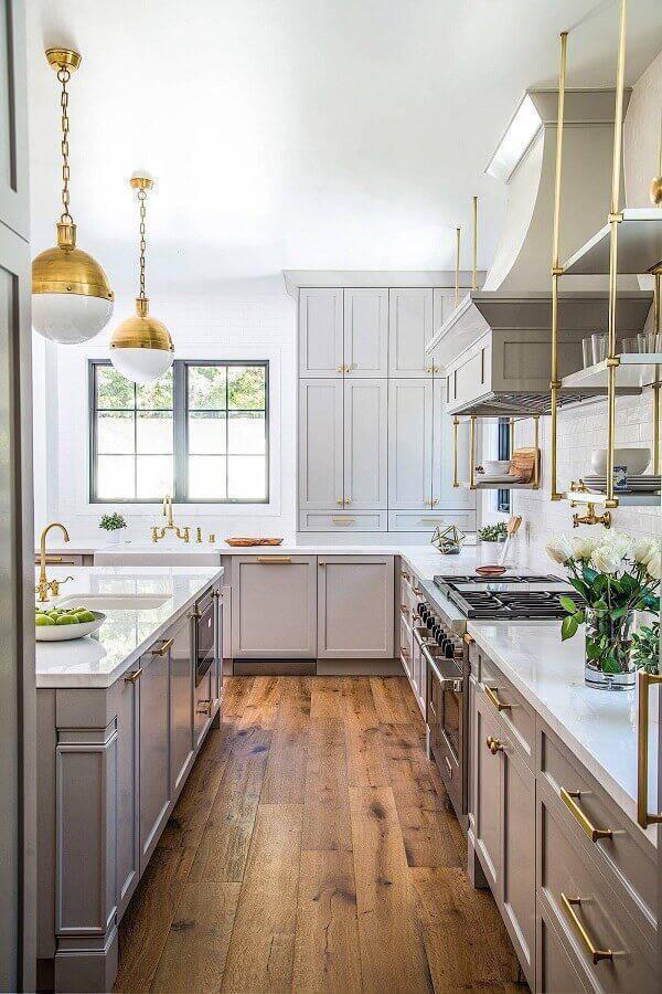 armário de cozinha grande com puxadores dourados Foto Pinterest
