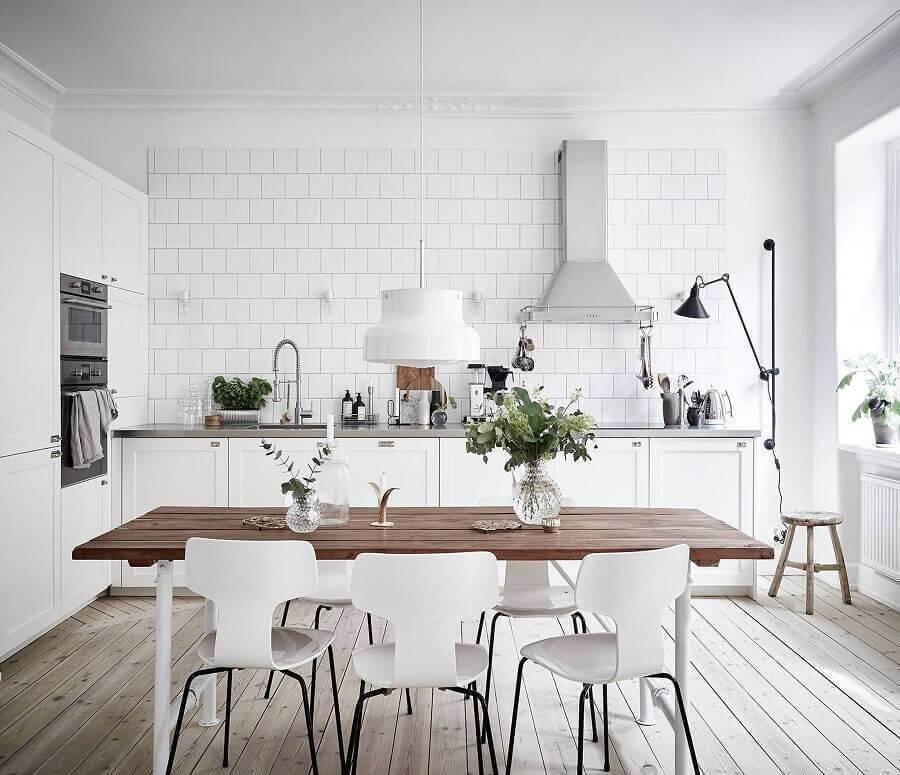 armário de cozinha grande toda branca com mesa de madeira Foto Pinterest