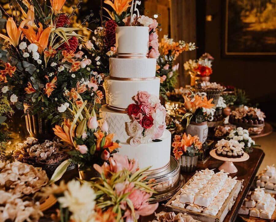 arranjo de flores para enfeite de mesa de aniversário de 15 anos  Foto Mara Araujo