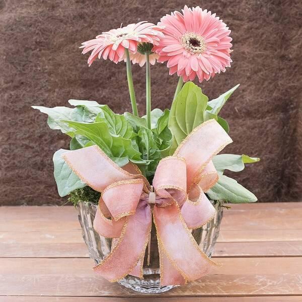 Arranjo com flor de gérbera rosa decora o ambiente