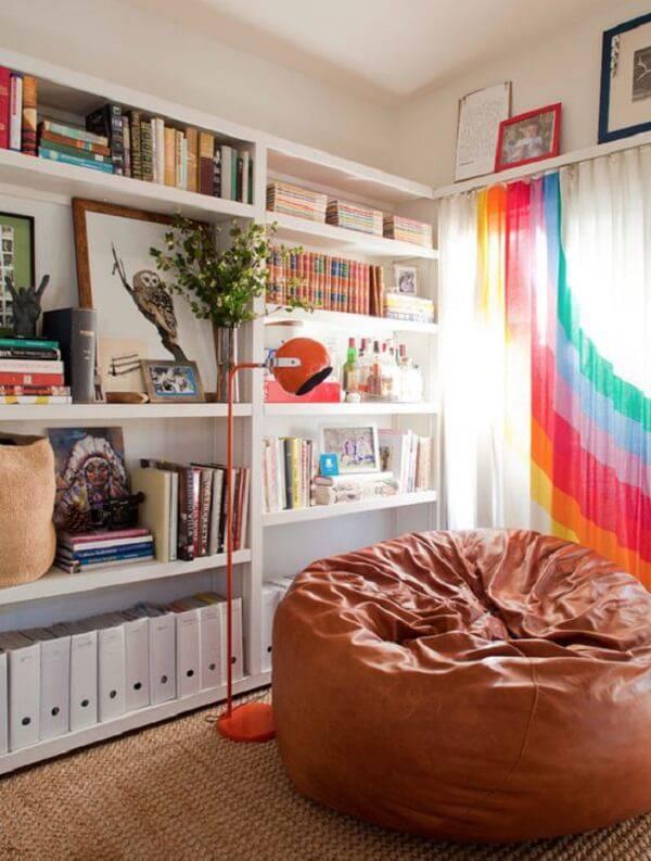 O puff gigante redondo marrom complementa a decoração da sala de estar