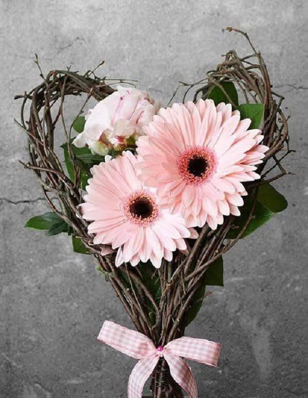 Arranjo romântico formado com flores de gérbera