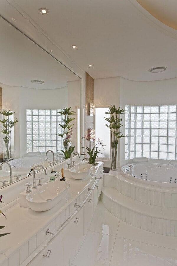banheiro branco com banheira com decoração sofisticada Foto Aquiles Nícolas Kílaris Arquitetura