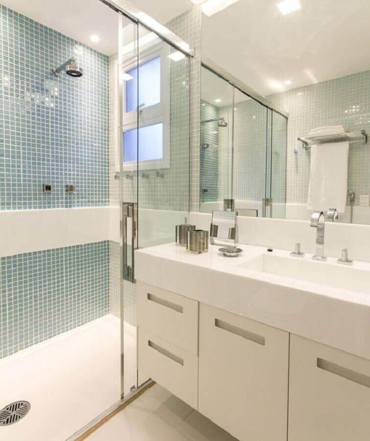 banheiro branco decorado com pastilhas azuis na área do box Foto Marília Veiga