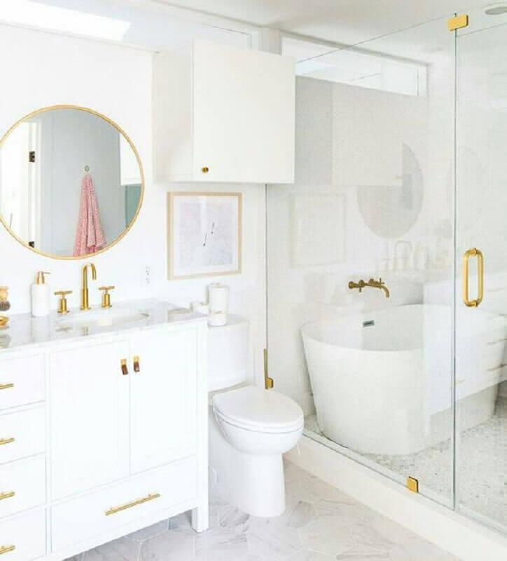banheiro branco sofisticado decorado com detalhes em dourado Foto Pinterest