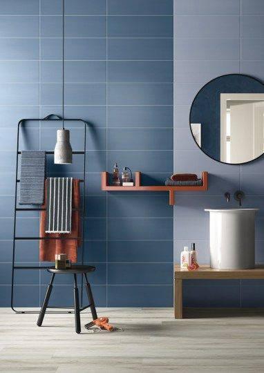 Banheiro com parede azul