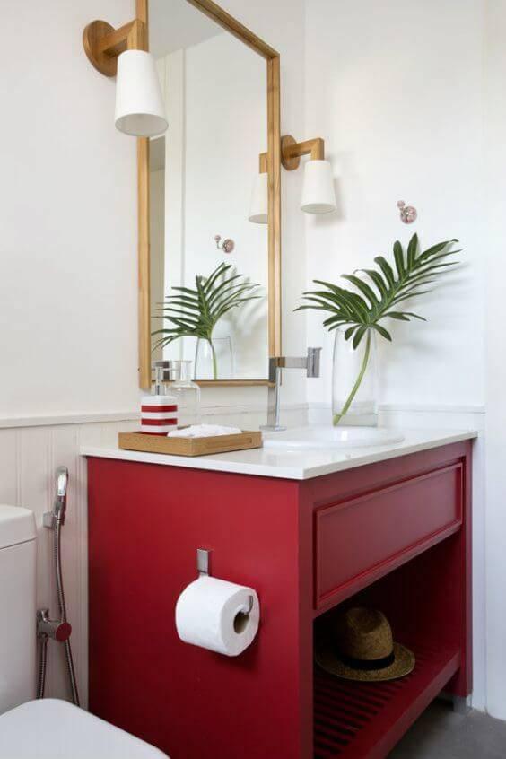 Banheiro cor vermelha com detalhes em dourado