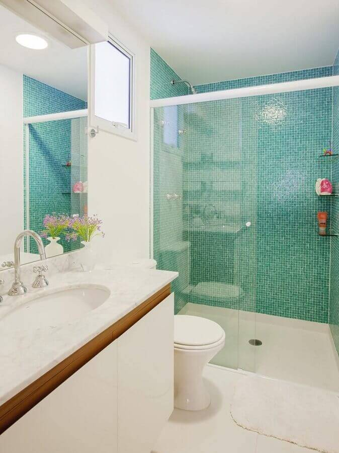 banheiro pequeno planejado decorado com pastilhas verde água na área do box Foto Graziela Arruda
