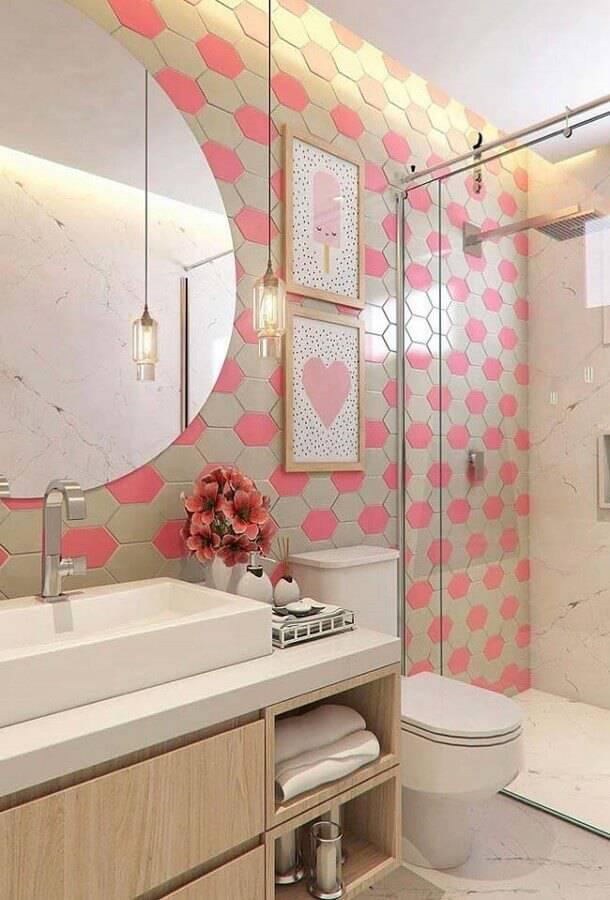 banheiro pequeno planejado decorado com revestimento cinza e rosa Foto Joie Arquitetura