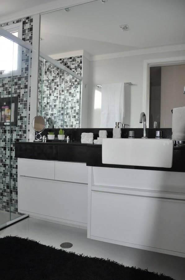 banheiro pequeno planejado preto e branco simples Foto Serra Vaz Arquitetura
