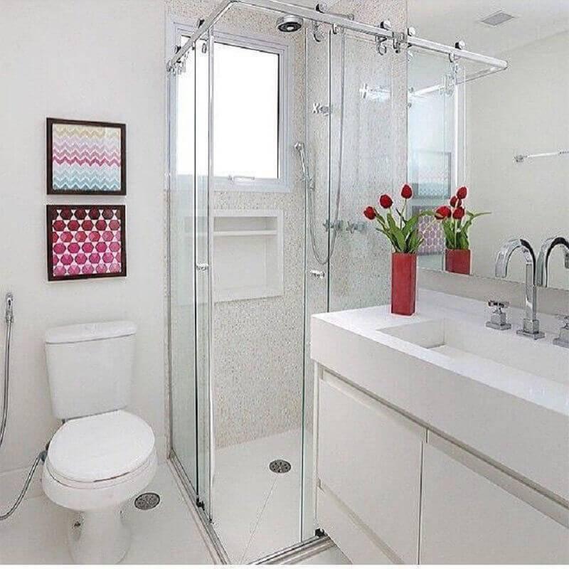 banheiro pequeno planejado todo branco Foto Duda Senna