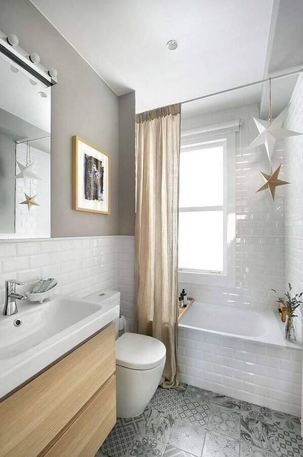 banheiro pequeno planejado todo branco com detalhes em madeira Foto Home Design