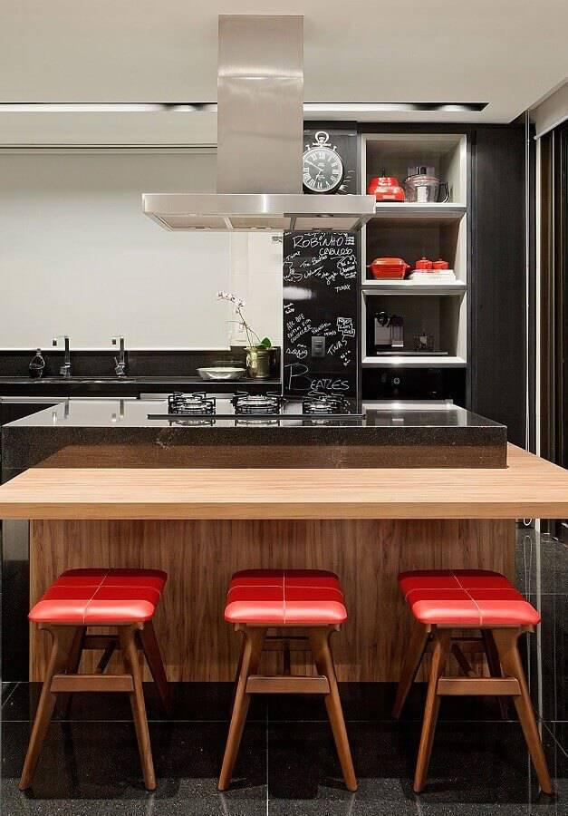 banquetas vermelhas para cozinha com ilha central Foto Casa de Valentina