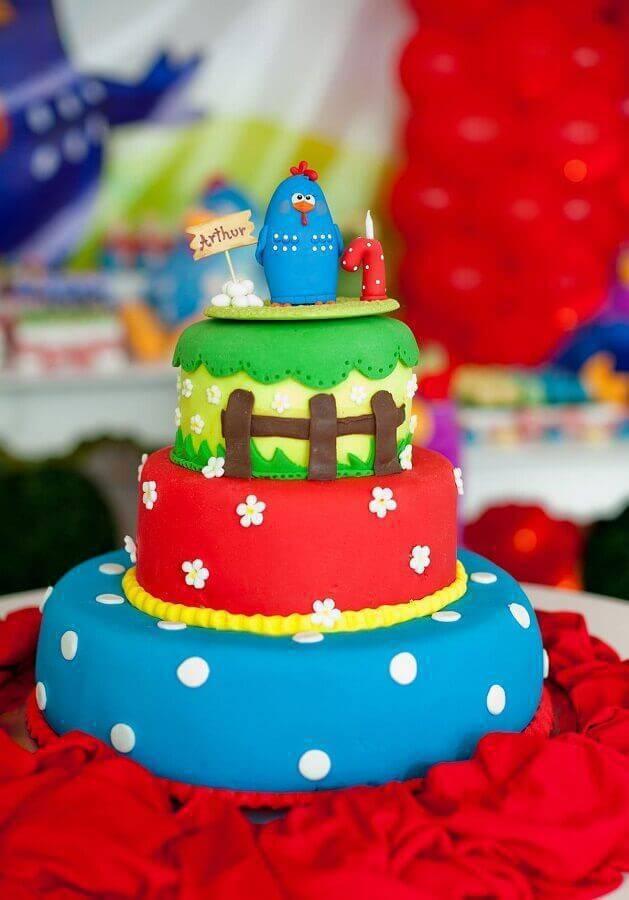 bolo decorado para mesa de festa de aniversário galinha pintadinha Foto Assetproject