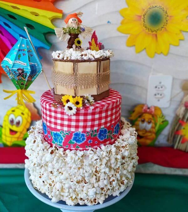 Modelo de bolo festa junina fake com acabamento de pipoca
