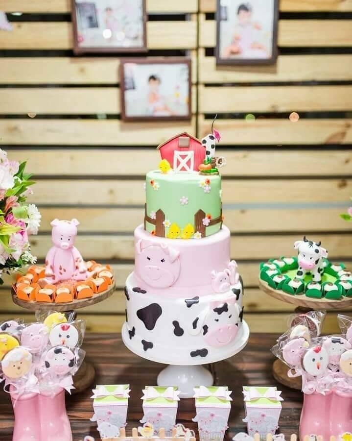 bolo personalizado para mesa de festa de aniversário com tema fazendinha  Foto Lary Decore
