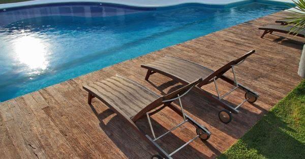 Borda de piscina de alvenaria com madeira