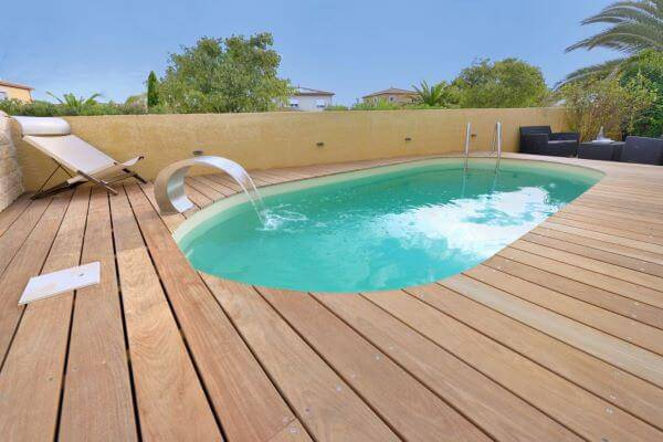 Borda de piscina pequena com deck de madeira