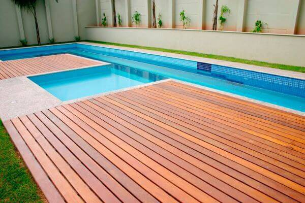 Borda de piscina de granito e madeira
