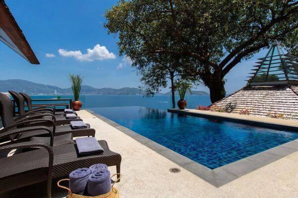 Borda de piscina infinita em casa moderna