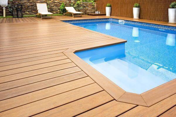 Borda de piscina de madeira