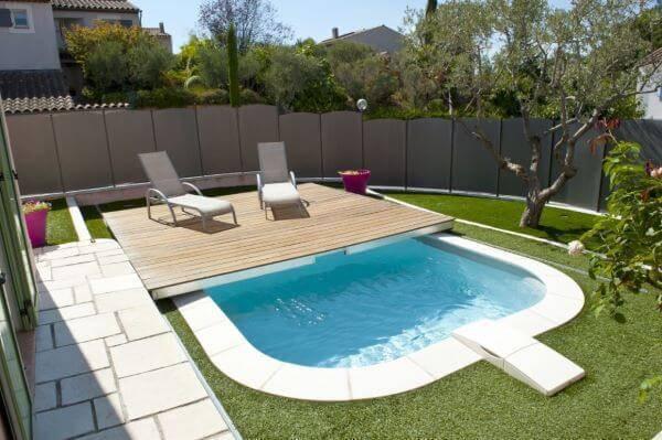 Borda de piscina no jardim