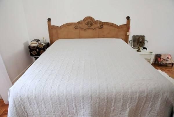 Cabeceira da cama feita com móveis de papelão