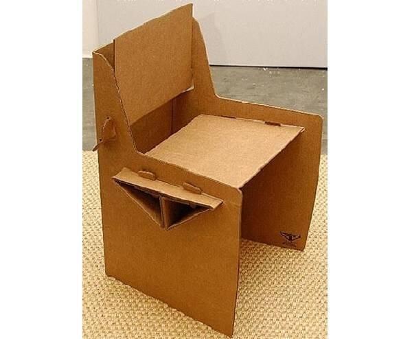 Complemente a decoração do ambiente com móveis de papelão como esta cadeira
