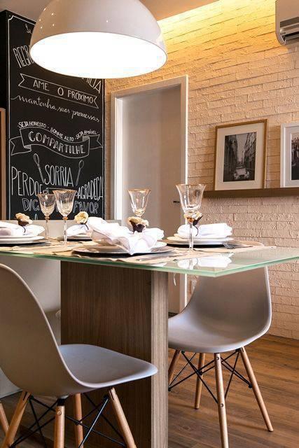 cadeira eames - cadeiras eames brancas e mesa de jantar de vidro