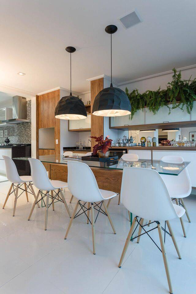 cadeira eames - cadeiras eames na cor branca e mesa de vidro comum