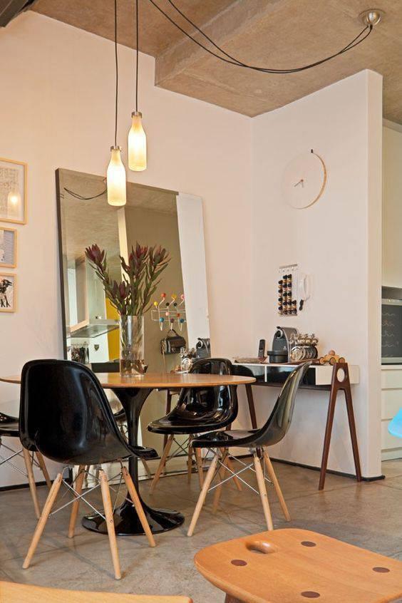 cadeira eames - cadeiras eames pretas e espelho cristal de piso