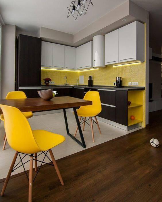 cadeira eames - cadeira eames amarelas e piso de madeira escura